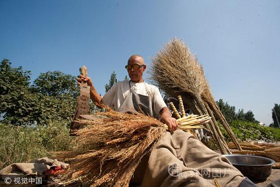山东德州:73岁老人的坚守50余年绑笤帚技艺