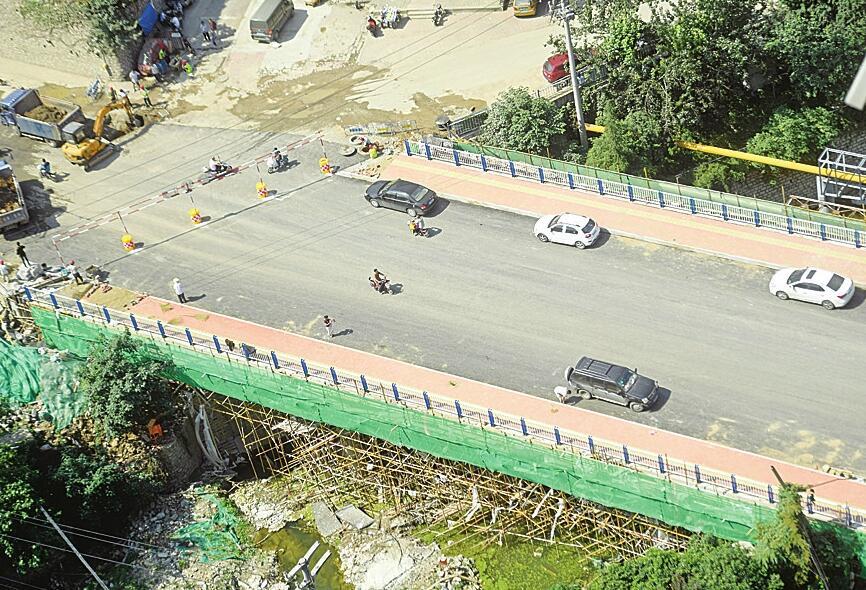 """济南七里山西路南段""""瓶颈""""打通 路面拓宽至15米"""