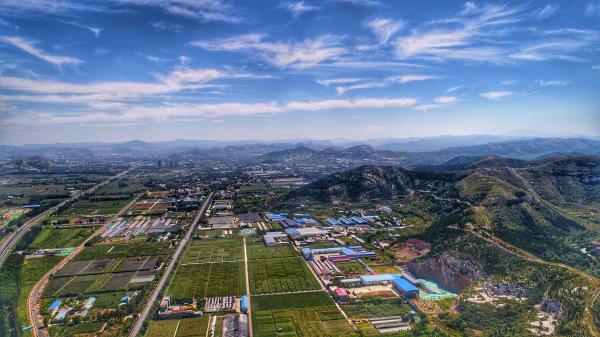 济南:湛蓝天空羽毛云 34.5℃高温热如夏