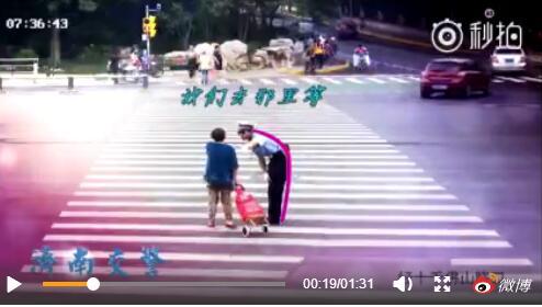 """暖化了!济南交警蜀黍护送""""傲娇小老太""""过马路"""