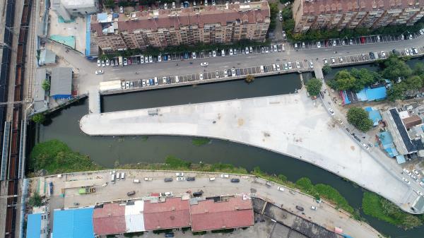 济南:河道三角地闲置数十年 变身社区巨型停车场