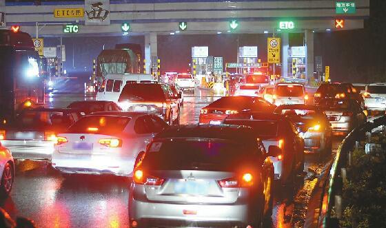 京台高速济南西收费站 近百辆小轿车排长队等待免费通行
