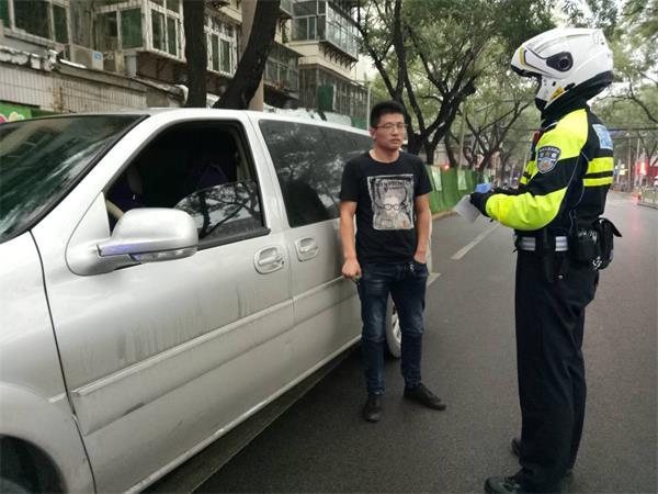 济南:为上厕所竟用卫生纸遮车牌 男子被扣12分!