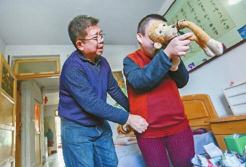 照顾智力残疾儿子与病妻26年如一日 爱篆刻的他热心公益