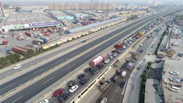 济青北线西端全封闭 济南收费站车辆排长龙