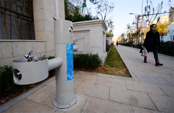 济南:山师东路添直饮水台 想喝泉水还得等等