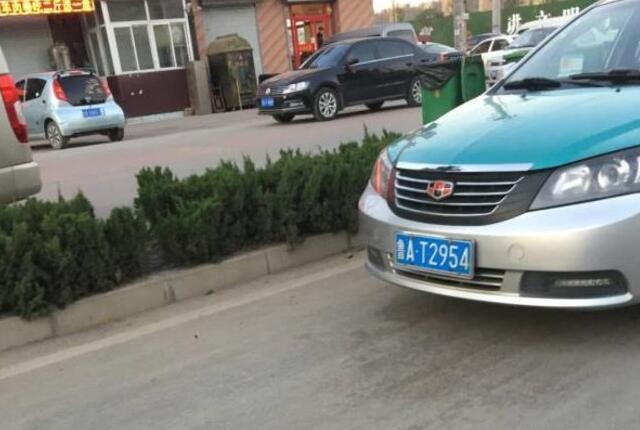 济南:扳手竟扎进车胎 路过的哥帮忙换完默默离开
