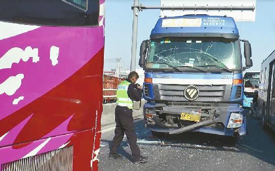大货车刹车不及致5车追尾 所幸事故并未造成人员伤亡