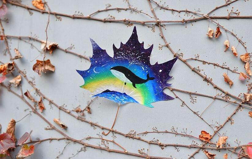 青岛女教师在树叶上作画 色彩绚丽技法多样