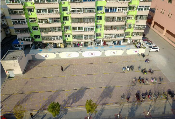 大型广告牌拆除后变身停车场 免费向济南市民开放