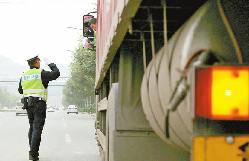 让文明之花绽放在十字路口 济南交警用交通文明引领推动城市文明建设