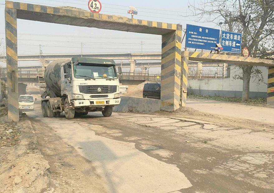 济南党杨路南段铁路桥附近道路坑洼不平 积尘严重