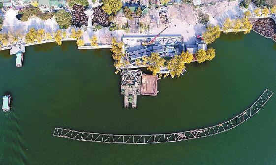 济南大明湖建轻轨 彩灯船水上漂