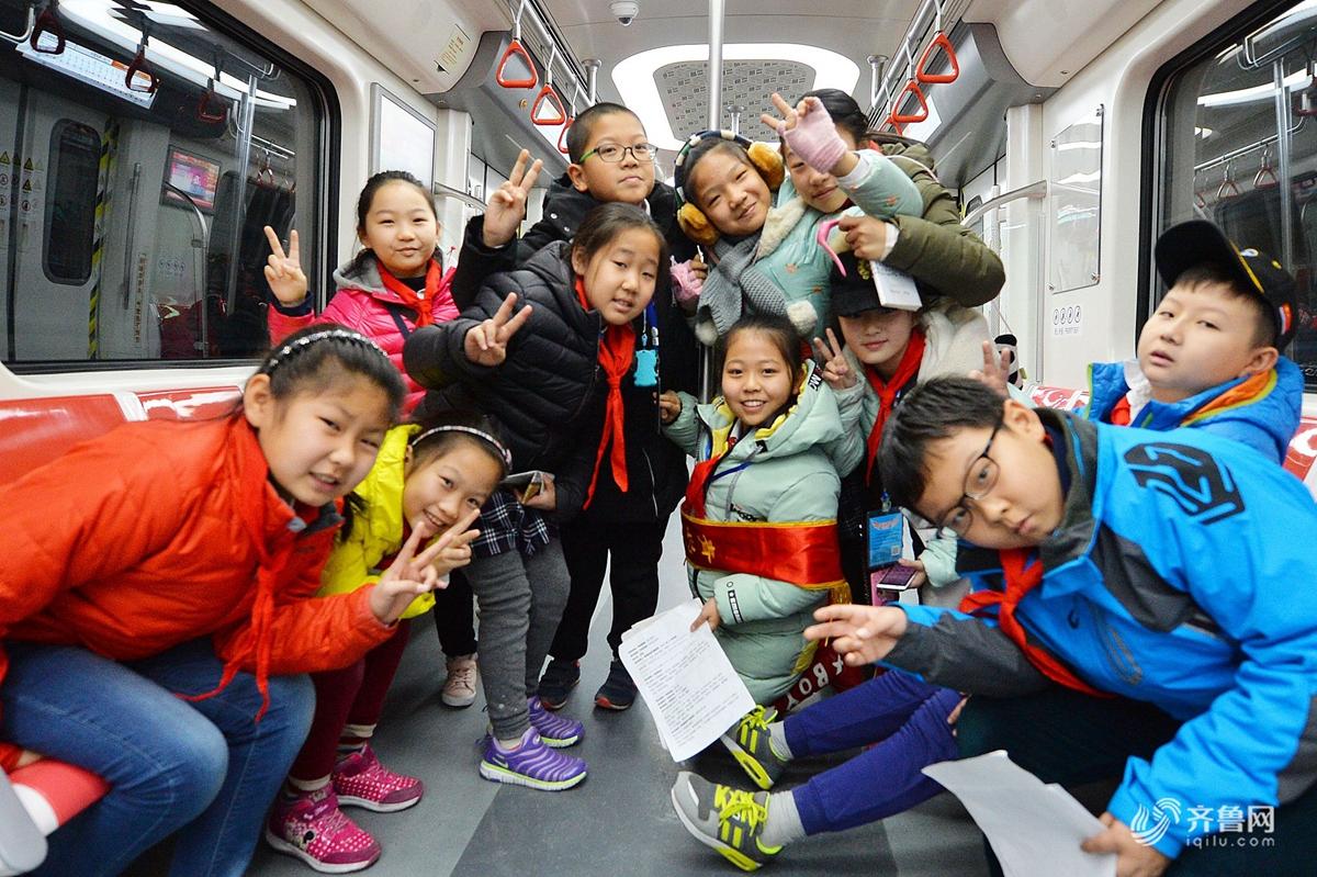 """青岛又一条地铁即将开通 小学生体验""""青岛速度"""""""