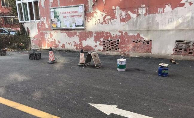 铁桶、桌子…齐上阵 柴油机厂九宿舍居民为占车位拼了