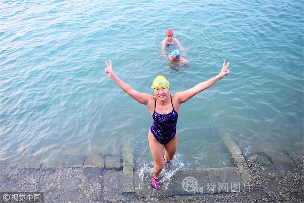 青岛:冬泳爱好者水中畅游 锻炼身体不惧寒冷