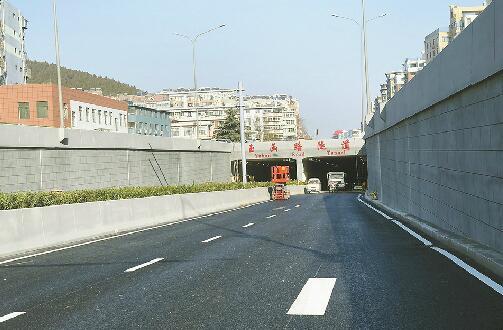 济南玉函路隧道铺完沥青进入收尾阶段 预计年底通车