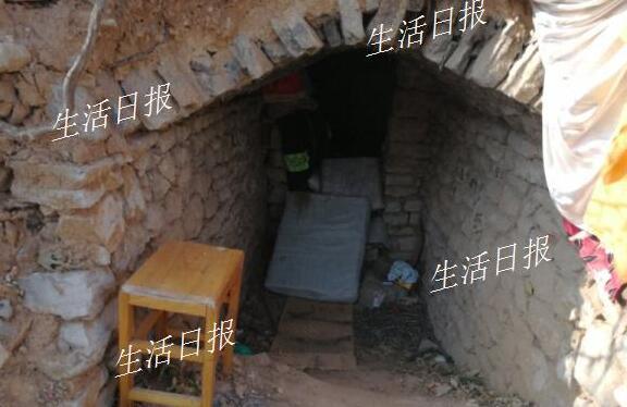 卧虎山山体公园一男子蜗居山洞内多年 被救时突然晕倒!