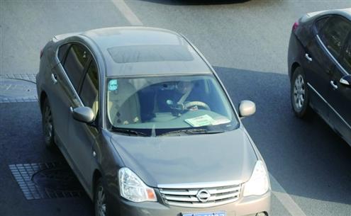 """济南史上最严""""抓拍风暴"""" 启动 司机开车打手机玩大撒把"""