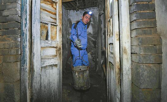 """""""厕所革命""""的幕后 走近88必发官网最后的淘粪工"""