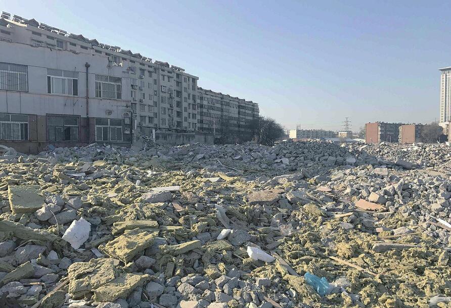 济南:七里河路南段大量建筑垃圾仍裸露