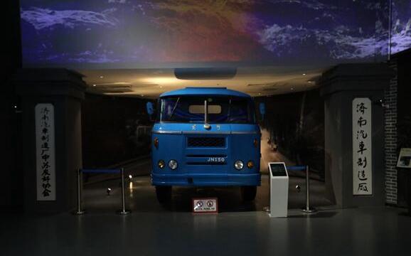 """从第一台""""重卡""""到氢燃料牵引车 中国重汽吹响新旧动能转换号角"""