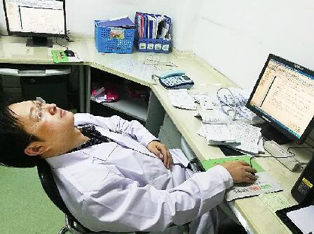 济南各大儿科门诊爆满 医生全天无休写病历累到睡着