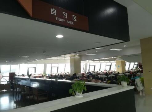 济南周末图书馆自习区坐满人