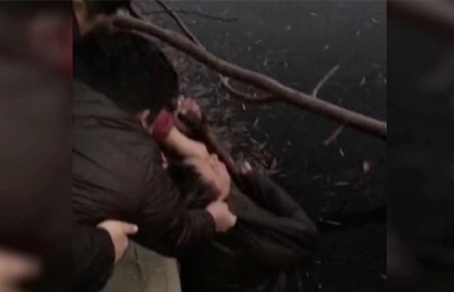 莱芜男子晨练不慎掉进冰河 市民用木棍合力救起