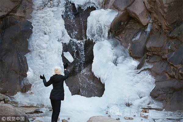青岛崂山景区现美丽冰瀑 游客拍照留念