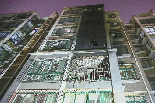 王舍人周靳郭小区一居民楼着火多户被困 20余人帮忙疏散