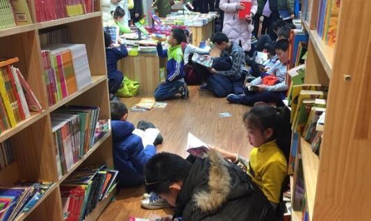 济南元旦节期间书店爆满 市民书店度过2017年的最后一天