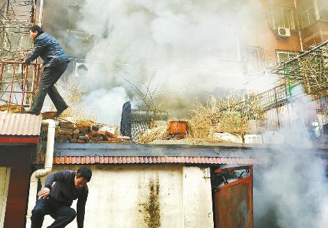 """一年着火两次疑因""""囤电动车"""" 物业经理火场抱出煤气罐"""
