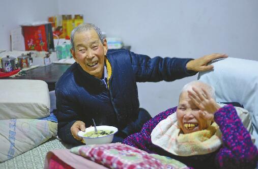 济南8旬老汉照顾瘫痪老伴26年 每天出门不敢超一小时