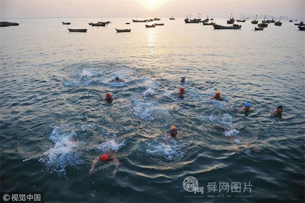 青岛:市民海边冬泳辞旧岁