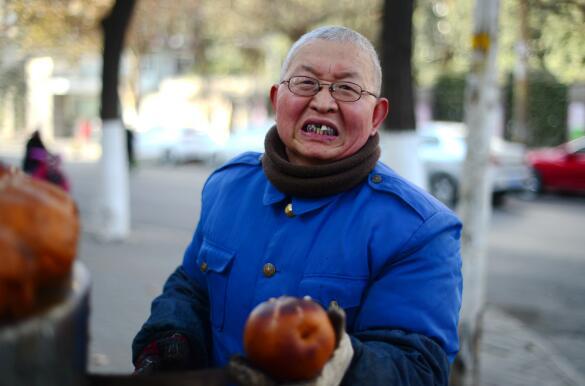 """济南一老人卖烤梨""""被网红"""" 诚信经营全靠回头客"""