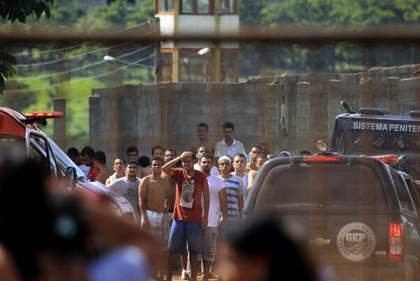 巴西监狱发生暴动 5名警卫负责看守超过900名囚犯