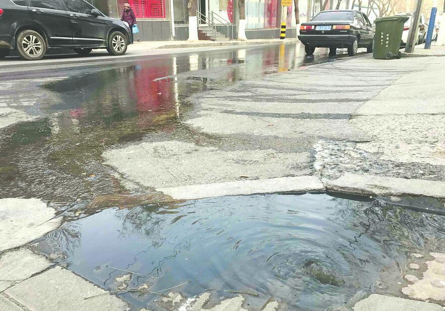 济南甸新东路北端大量污水外溢 臭味刺鼻存在安全隐患