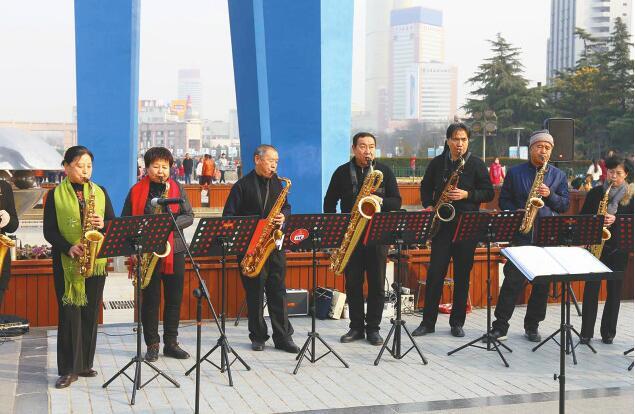"""济南泉城广场奏响萨克斯 """"大客厅""""乐队首次亮相"""