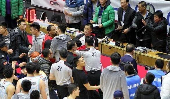 新疆深圳赛后冲突球员通道广告牌被踹烂 大量特警与安保维持秩序