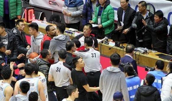 输不起!CBA新疆深圳赛后冲突广告牌被踹烂 球员冲入现场一片混乱