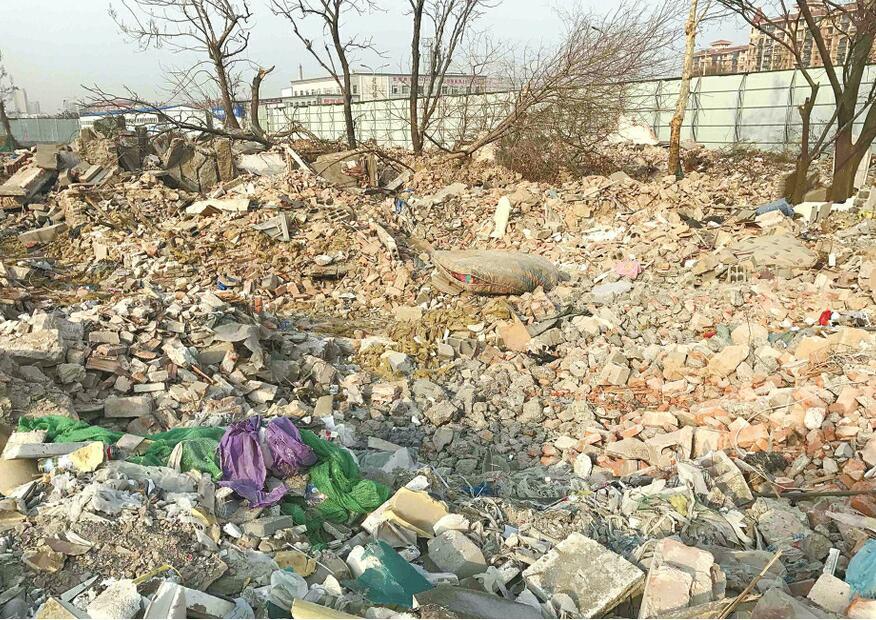 济南十里河西公交站牌附近建筑垃圾裸露 未覆盖防尘网