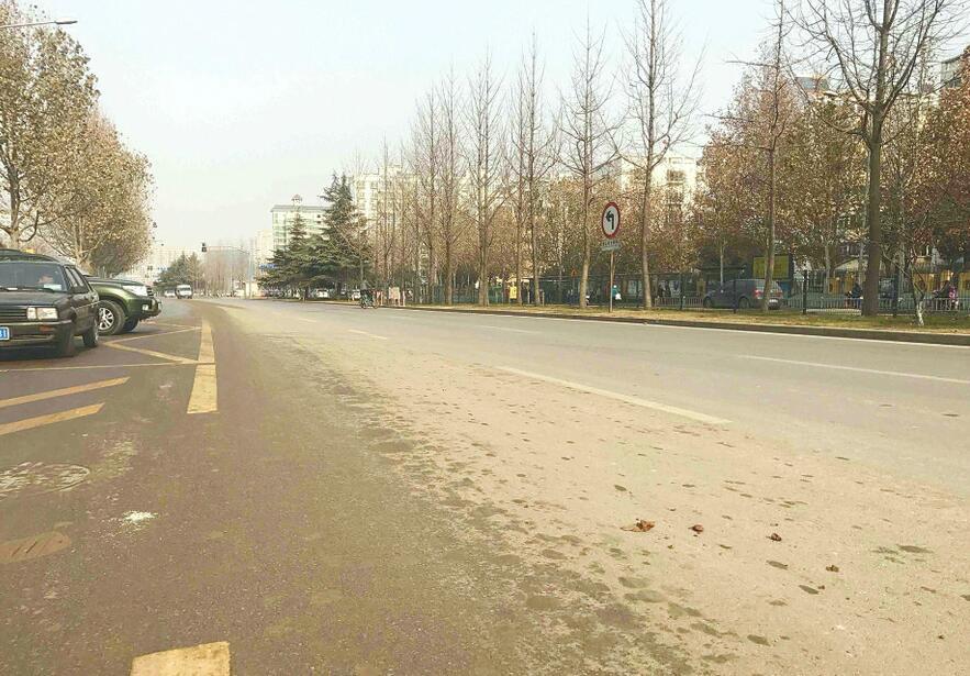 济南阳光新路与建宁路交叉口渣土撒漏严重 环境脏乱