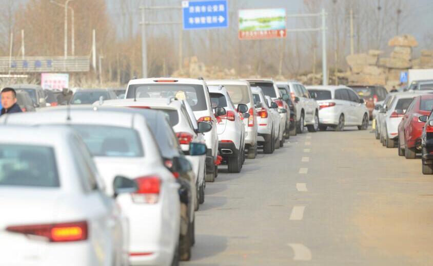 济南市车管所新车挂牌排长队 车主一小时挪动数十米