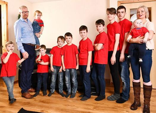 活久见!英女子连生10个儿子特头大 一家人站成高低音阶超喜感