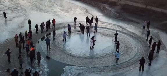 活久见!沈阳河面现天然旋转冰盘 神秘力量将冰块旋转剪切