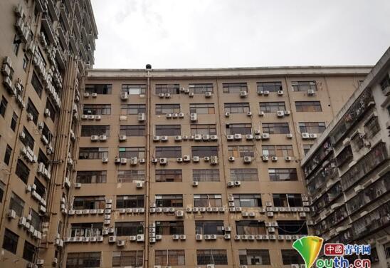 震撼!深圳现最牛居民楼惊爆眼球 密密麻麻的空调看着都凉快