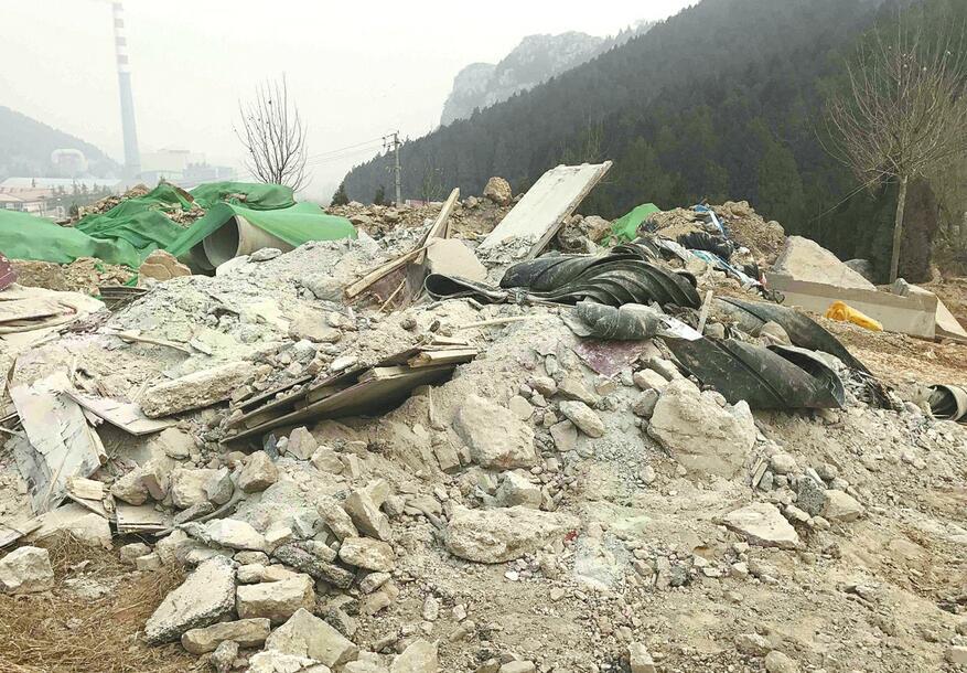 济南二环东路晨龙山庄对面大量建筑垃圾裸露 扬尘严重