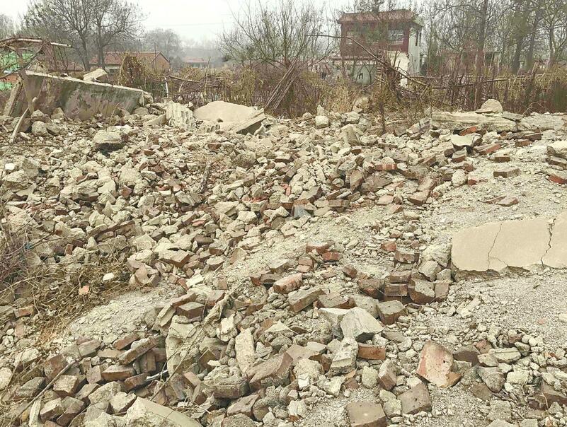 腊山东路刘长山路交叉口碎砖满地尘飞扬