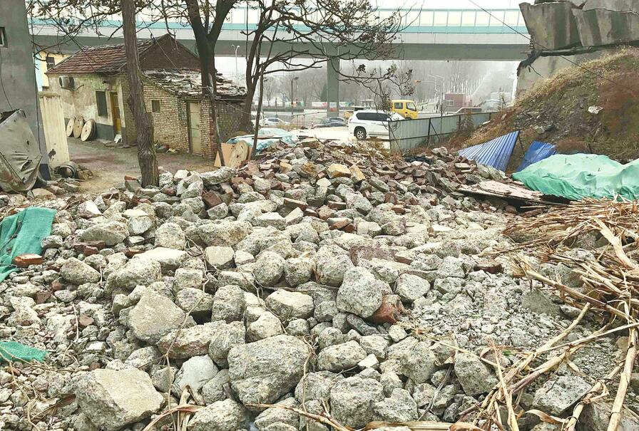 济南二环南路东段土石裸露脏乱差